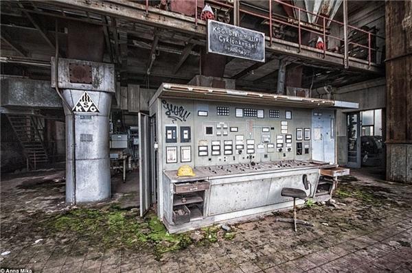 Chiếc mũ và chiếc ghế nằm trơ trọi tại mộttrạm điện ở Đức, làm nơi này bớt lạnh lẽo đi đôi chút.(Ảnh: Daily Mail)