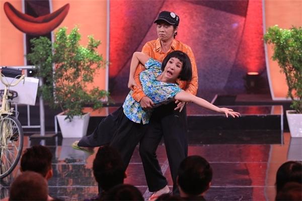 Câu chuyện hài hước nhưng xúc động qua diễn xuất chân thật của Hoài Linh - Thúy Nga đã làm nhiều người bật khóc. Hình ảnh cả 2 khiêu vũ với đôi chân không lành lặn khiến người xem vừa cười vừa khóc - Tin sao Viet - Tin tuc sao Viet - Scandal sao Viet - Tin tuc cua Sao - Tin cua Sao