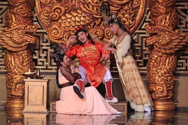 Ở sân khấu nghiêng, Trấn Thành, Thu Trang và Ngô Kiến Huy tiếp tục mô tả cuộc chiến giữa các phi tần trong Hậu cung 2. - Tin sao Viet - Tin tuc sao Viet - Scandal sao Viet - Tin tuc cua Sao - Tin cua Sao