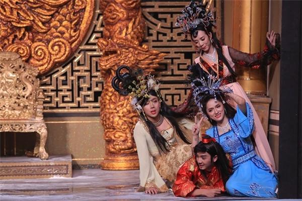 Hương Giang Idol phối hợp nhịp nhàng cùng những gương mặt nổi tiếng của làng hài. - Tin sao Viet - Tin tuc sao Viet - Scandal sao Viet - Tin tuc cua Sao - Tin cua Sao