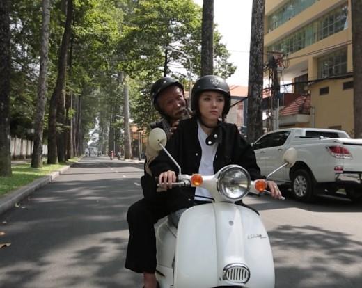 Khách hàng cuối cùng của Phương Ly là một ông cụ, người đã kể cho cô nàng nghe những câu chuyện thú vị về Sài Gòn xưa, khi đường phố vẫn còn xanh mát chưa đầy bụi bẩn ô nhiễm. - Tin sao Viet - Tin tuc sao Viet - Scandal sao Viet - Tin tuc cua Sao - Tin cua Sao