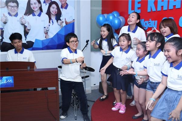 """Phương Uyên""""quậy""""hết cỡ khi hát chung cùng các em học viên - Tin sao Viet - Tin tuc sao Viet - Scandal sao Viet - Tin tuc cua Sao - Tin cua Sao"""
