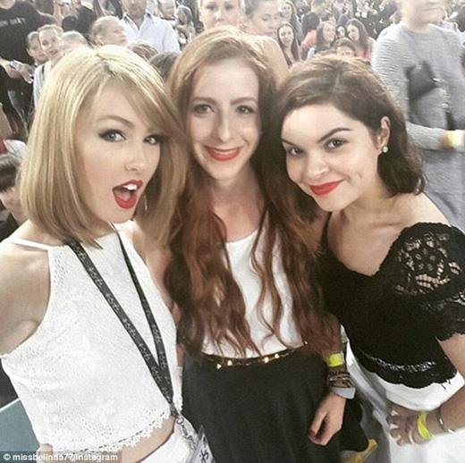 Cô thường bị nhầm lẫn với Taylor và được các fan xin chữ kí. (Ảnh: Daily Mail)