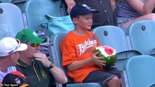 """Cậu bé khiến người dân Úc""""phát cuồng"""" vì ăn dưa hấu cả vỏ. (Ảnh: Daily Mail)"""