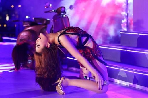 Hoàng Thùy Linh nổi tiếng với khả năngvũ đạo và sự nóng bỏng bên cạnh tài năng ca hát. Những vũ đạo sexy được nữ ca sĩ thể hiện hết cỡ trên sân khấu. - Tin sao Viet - Tin tuc sao Viet - Scandal sao Viet - Tin tuc cua Sao - Tin cua Sao