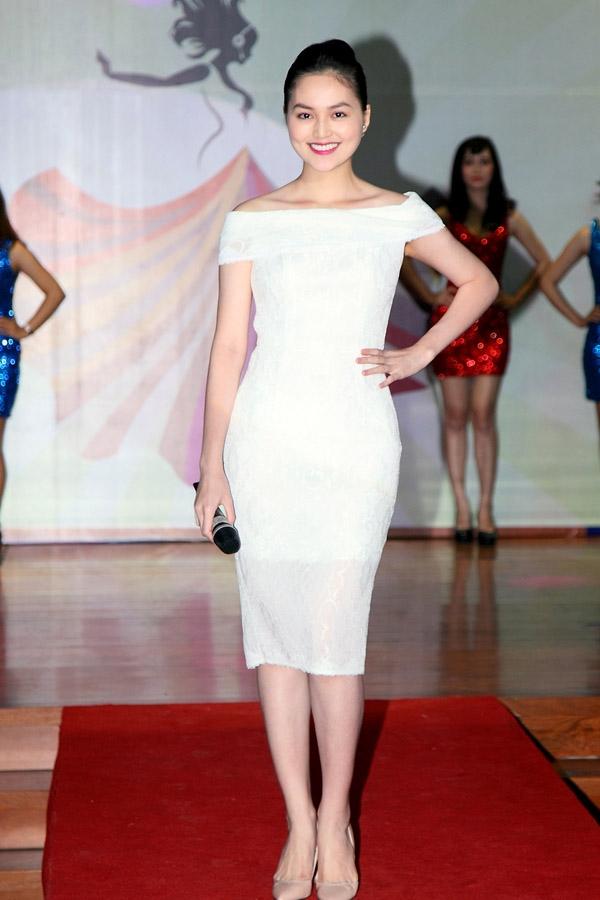 Diện độc bộ váy trắng ôm sát, Hye Trần vẫn ghi điểm khi thể hiện tối đa lợi thế về hình thể.