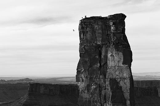 Cú nhảy từ độ cao 120m khỏi tháp Castleton, thung lũng Castle, Utah, Mỹ.(Ảnh: Krystle Wright/Red Bull Illume)