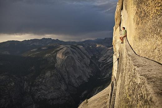 Alex Honnold ngồi nghỉ ở Half Dome thuộc công viên Yosemite, California, Mỹ.(Ảnh: Internet)