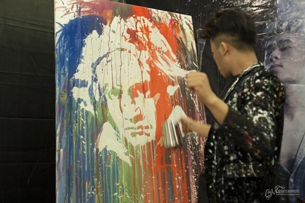 Hồng Minh phô diễn nghệ thuật vẽ tranh bằng nước cực độc đáo trước sự ngạc nhiên và ngưỡng mộ của rất nhiều khán giả. (Ảnh: Internet).