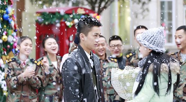 Màn tỏ tình lãng mạndiễn ra đúng lúc tuyết đang rơi. (Ảnh: Internet)