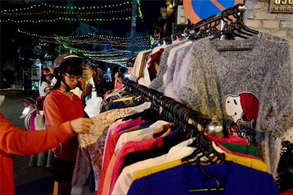 Một cửa hàng quần áocó thểthu về vài chục triệu đồng nhờ bán đồ Tết. (Ảnh Internet)