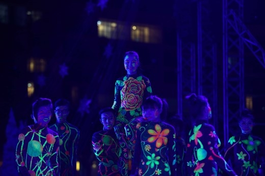 """Như đã tiết lộ từ trước, bài hit """"Em của ngày hôm qua"""" được Sơn Tùng M-TP kết hợp trình diễn cùng nghệ thuật """"body painting"""" ánh sáng cực hoành tráng!"""