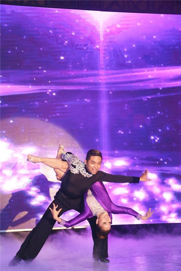 Cả hai mang đến chương trình một bài nhảy vô cùng đẹp mắt. - Tin sao Viet - Tin tuc sao Viet - Scandal sao Viet - Tin tuc cua Sao - Tin cua Sao