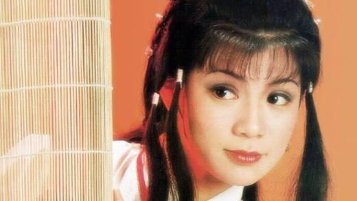 Nhắc đến mĩnhân trong phim Kim Dung, khán giả không thể bỏ qua nữ diễn viên Ông Mỹ Linh với vai diễn Hoàng Dung kinh điển. Bà từng là nhan sắc làm chấn động cả làng giải trí Hoa ngữ và là bóng hồng được rất nhiều ngôi sao Hong Kong theo đuổi.Tuy nhiên khi đang đứng trên đỉnh cao sự nghiệp, Ông Mỹ Linh lại bất ngờ tự mình kết thúc cuộc đời vì không thể chịu nổi nỗi đau tình yêu với Thang Trấn Nghiệp.