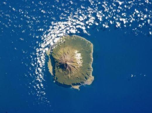 """Được xem là quần đảo xa đất liền nhất thế giới (vùng đất liền gần nhất cách 2000km), Tristan da Cunha cũng có mặt của địa thế hiểm trở, rộng lớn cùng tài nguyên dồi dào... Dù diện tích khổng lồ nhưng nơi đây mới có khoảng 300 người, rất phù hợp để """"nhận"""" thêm thành viên đến trú ẩn. (Ảnh: Internet)"""