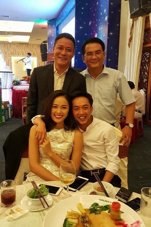 Cường Đô La và Hạ Vi thân thiết trong một tiệc cưới ở Gia Lai. (Ảnh: Internet) - Tin sao Viet - Tin tuc sao Viet - Scandal sao Viet - Tin tuc cua Sao - Tin cua Sao