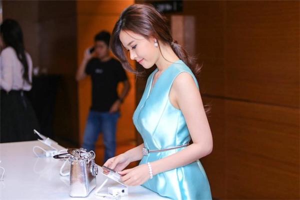 Cô nàng kết hợp hai món phụ kiện trên cùng bộ váy có màu xanh ngọc tươi trẻ, rạng rỡ.