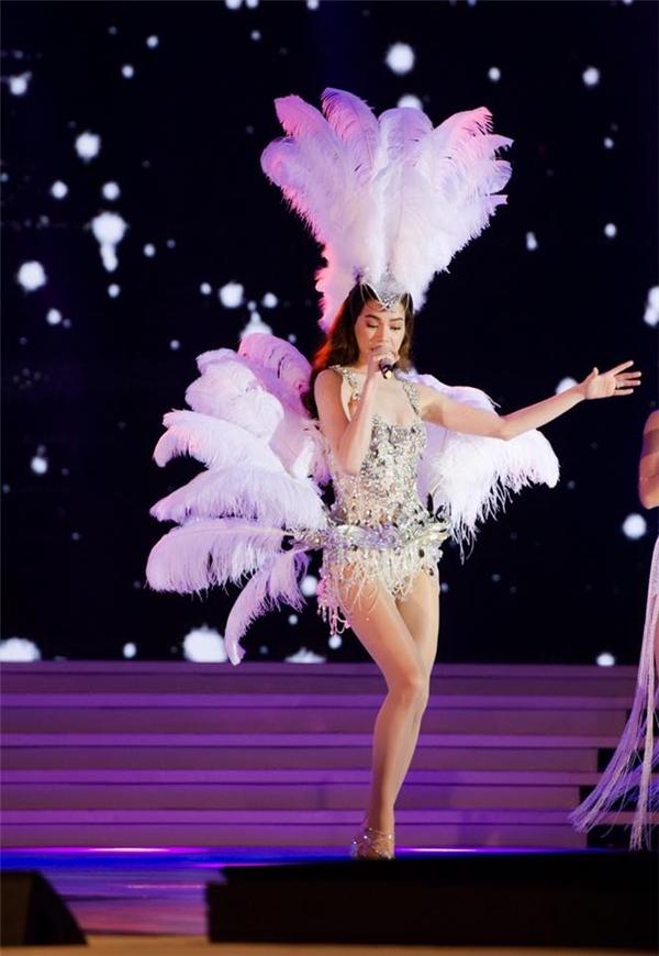 Trên sân khấu biểu diễn, Hồ Ngọc Hà ưa chuộng diện những thiết kế jumpsuit gợi cảm. Nếu như sự kết hợp giữa 3 tông màu xanh, đỏmang đậm âm hưởng của mùa lễ hội thì sắc trắng lại giúp Hồ Ngọc Hà nhẹ nhàng, thanh thoát như một thiên thần.