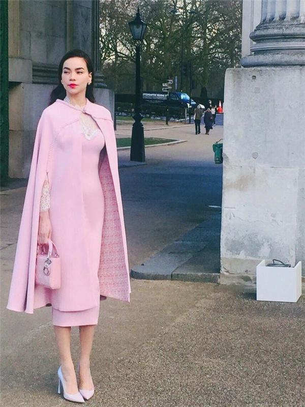 Thiết kế với tông hồng ngọt ngào cùng phong cách thời trang cổ điển thể hiện nét thanh lịch, sang trọng của Hồ Ngọc Hà trong buổi gặp mặt David Beckham tại Anh.