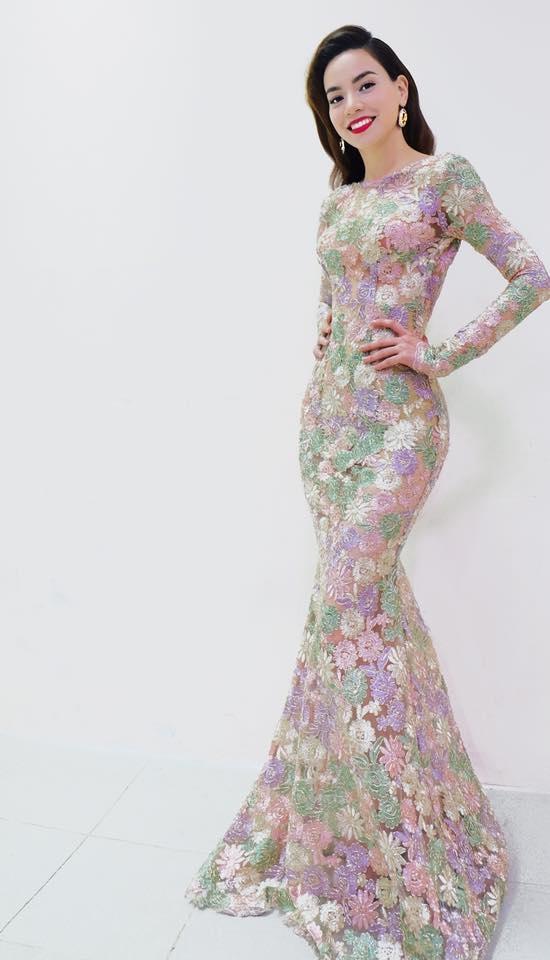 Với chiều cao lí tưởng cùng tỉ lệ thân người cân đối, phom váy đuôi cá ôm sát luôn là lựa chọn phù hợp của Hồ Ngọc Hà. Thiết kế tạo điểm nhấn bởi họa tiết đính kết tinh tế chuyển màu liên tục trên nền vải voan xuyên thấu gợi cảm.