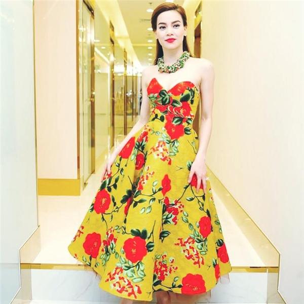 """Với phom váy tương tự nhưng thiết kế lại trở nên cầu kì, bắt mắt bởi sắc vàng rực rỡ cùng họa tiết hoa to bản. """"Nữ hoàng giải trí"""" khéo léo kết hợp bộ trang phục cùng vòng cổ to bản ánh kim."""