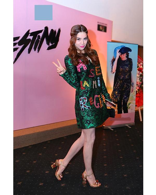 Bộ váy phom suông nhẹ nhàng của nhà mốt Dolce and Gabbana kết hợp loạt phụ kiện cầu kì giúp Hồ Ngọc Hà trông tựa như nữ thần.