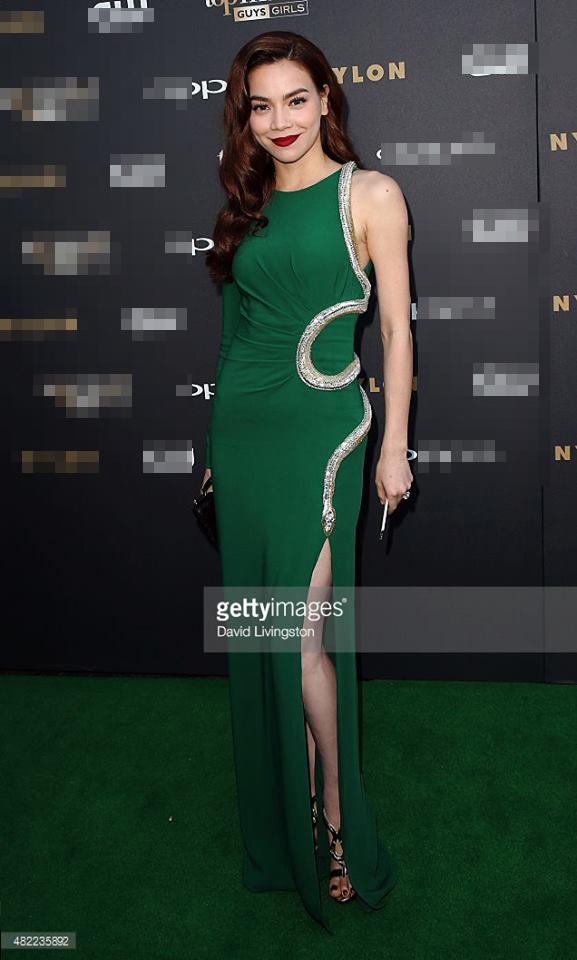 Trong buổi ra mắt chương trình America's Next Top Model mùa giải 22, Hồ Ngọc Hà xuất hiện trên thảm đỏ với bộ váy xanh của nhà mốt Roberto Cavalli có giá gần 70 triệu đồng. Hình ảnh của Hồ Ngọc Hà nhận được nhiều lời khen có cánh trên khắp các mặt báo.