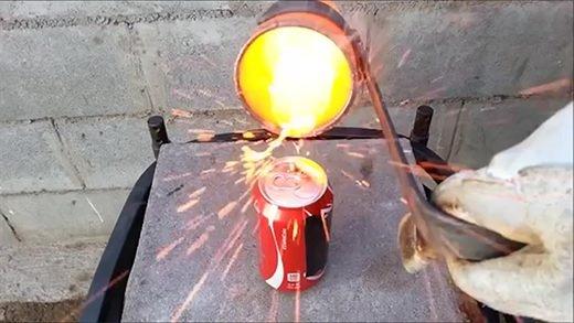 Giật mình với phản ứng như bom nổ khi cho đồng nóng chảy vào nước ngọt