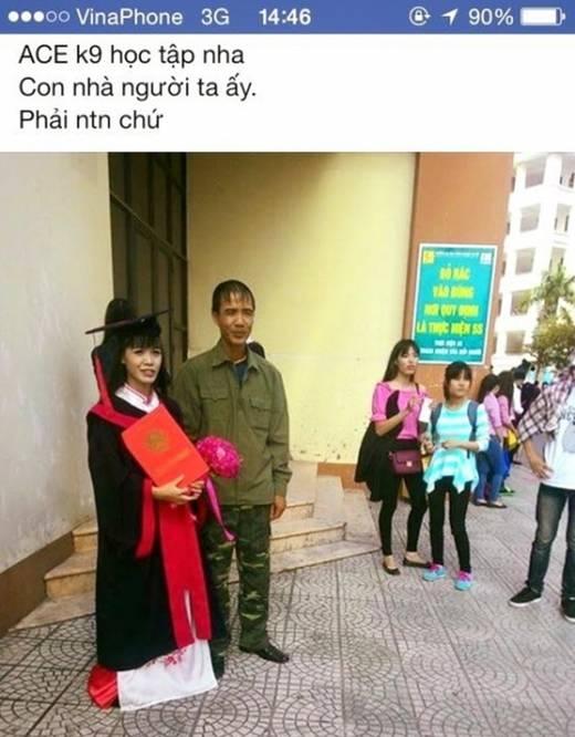 Bức ảnh cha cùng con gái mặc áo cử nhân hiện đang thu hút nhiều sự yêu mến của người xem.