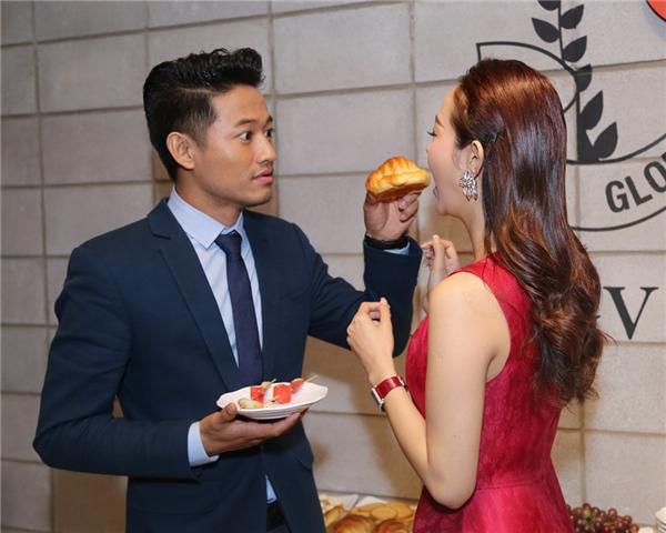Mặc dù bị nhiều khán giả chú ý, nhưng nam diễn viên vẫn thản nhiên chăm sóc cho Minh Hằng. Thậm chí anh còn chủ động đút bánh cho nữ ca sĩ. - Tin sao Viet - Tin tuc sao Viet - Scandal sao Viet - Tin tuc cua Sao - Tin cua Sao