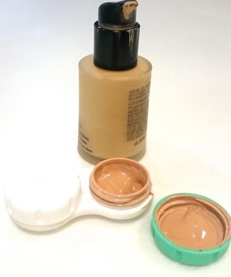 Mang đủ dùng: Đa số các loại kem trang điểm,dưỡng da thường để trong lọ (hộp) thủy tinh. Bạn nên chiết một lượng vừa đủ dùng vào những lọ nhỏ, nhẹ hơn, ví dụ như hộp đựng thuốc mini.