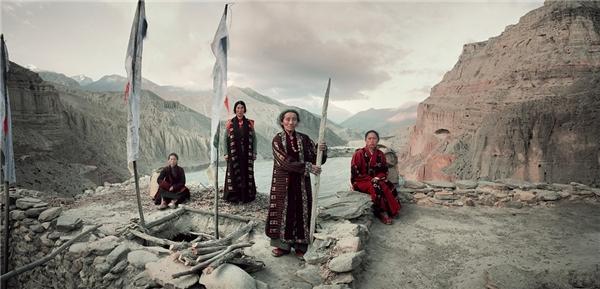 """""""Vùng đất của người Lo"""" - cách người Mustang tự gọi mình - có 7.000 người sinh sống, rải rác trên 2.000km2 ở thung lũng sông KaliGhandaki. Các đường dọc sông trước kia là tuyến giao thương lớn. Muối từ các hồ sâu trong lòng Tây Tạng và len từ trâu yak được đem đổi lấy thóc lúa và gia vị của Ấn Độ."""