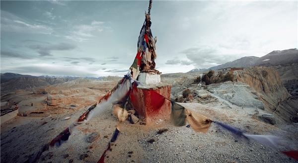 """""""Vương quốc của người Lo"""" nằm trên cao nguyên lộng gió giữa Tây Bắc Nepal và Tây Tạng, một trong những vùng hẻo lánh nhất thế giới. Vùng đất này có liên hệ văn hóa, lịch sử, tôn giáo với Tây Tạng, nhưng một phần vẫn thuộc Nepal theo chính trị."""