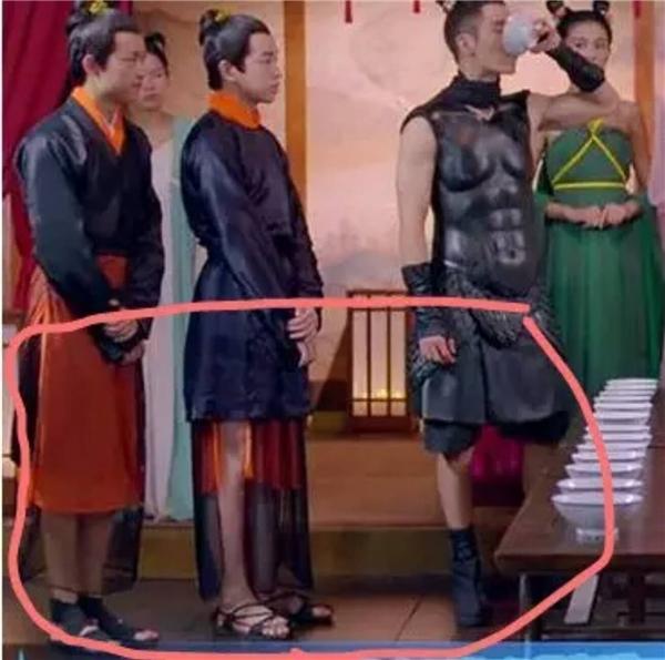 Để tiết kiệm vải, dàn diễn viên nam đều phải mặc quần đùi...