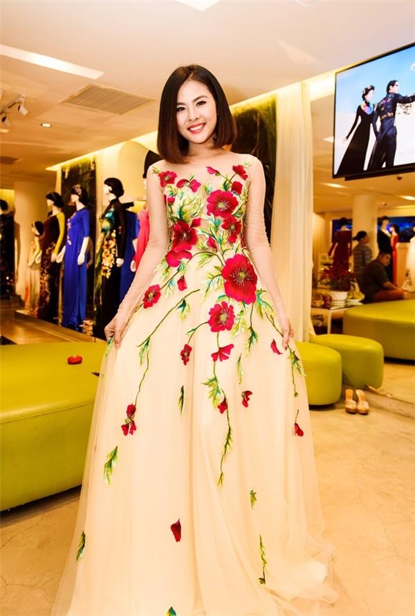 Bộ áo dài thứ ba của Vân Trang được cách điệu với phần tà xòe rộng. Tông màu nude mang đến vẻ ngoài nhẹ nhàng, ngọt ngào cho Vân Trang. Trong khi đó, họa tiết hoa to bản với tông đỏ sẽ giúp nữ diễn viên thực sự nổi bật trong ngày trọng đại.
