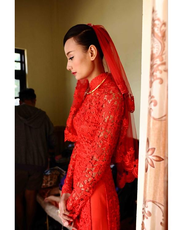 Bên cạnh sắc đỏ nổi bật, áo dài cưới của Lê Thúy còn thu hút ánh nhìn bởi chất liệu ren xuyên thấu gợi cảm. Thay vào mấn đội đầu truyền thống, chân dài lại diện áo dài cùng khăn voan hiện đại.