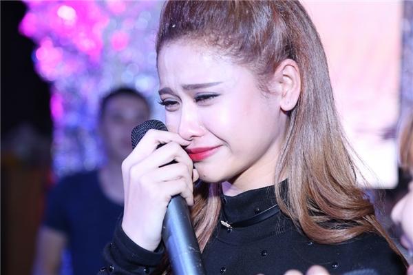 Cô òa khóa như một đứa trẻ khiếnmẹ Trương Quỳnh Anh ngồi dưới cũng khóc theo cô. - Tin sao Viet - Tin tuc sao Viet - Scandal sao Viet - Tin tuc cua Sao - Tin cua Sao