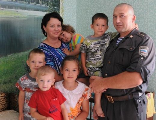 Sergei Sharauhov, một cảnh sát ở Nga, đã nhận hai đứa bé về nuôi cùng với các con mìnhsau khi giải cứu các em. (Ảnh: Internet)