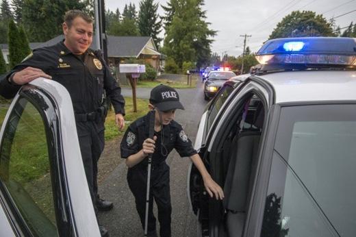 Cậu bé mù 13 tuổi Gage Hancock-Stevens có ước mơ được làm cảnh sát, và những chú cảnh sát tốt bụng trong vùng đã giúp chú hoàn thành ý nguyện. (Ảnh: Internet)