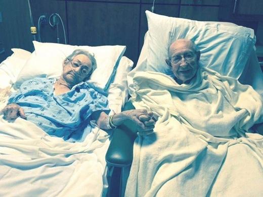 Hai cụ già Tom và Arnisteen đã chung sống bên nhau suốt 50 năm qua, nhưng khi cả hai đồng loạt nhập viện, họ phải nằm ở hai phòng khác nhau. Khi các nhân viên của bệnh viện biết được tình cảm khắng khít của hai vợ chồng, họ đã đưa hai người về chung một phòng. (Ảnh: Internet)