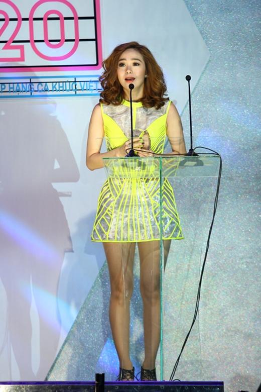 """Minh Hằng sẽ là nữ ca sĩ đầu tiên biểu diễn mở màn chương trình. Cô nàng cũngchính là chủ nhân của hạng mục """"ca sĩ cống hiến"""" vào năm ngoái. Sắp tới trên sân khấu của Yan Vpop 20 Awards 2015, Minh Hằng chắc chắn sẽ mang lại nhiều phần trình diễn sôi động và bùng nổ. - Tin sao Viet - Tin tuc sao Viet - Scandal sao Viet - Tin tuc cua Sao - Tin cua Sao"""