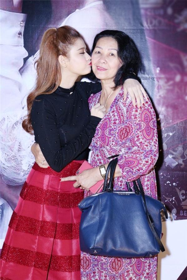 Trương Quỳnh Anh không ngại ngần bày tỏ tình cảm của mình dành cho mẹ trước mặt mọi người. - Tin sao Viet - Tin tuc sao Viet - Scandal sao Viet - Tin tuc cua Sao - Tin cua Sao