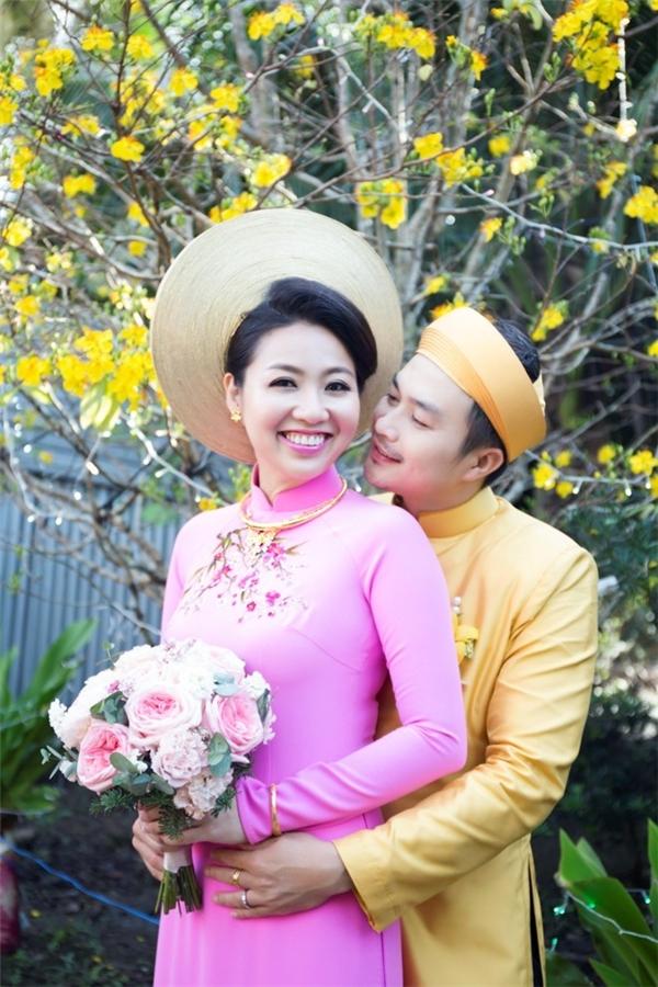 Lê Khánh và 2 bộ áo dài nhẹ nhàng trong tiệc cưới. Họa tiết thêu tay là điểm nhấn chung của hai thiết kế này.