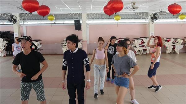 Được biết, sân khấu đã được lắp đặt từ ngày 06/01, tức là trước 11 ngàyliveshow diễn ra. Bản thân Đan Trường và các ca sĩ đã tập luyện được 80% tiết mục. - Tin sao Viet - Tin tuc sao Viet - Scandal sao Viet - Tin tuc cua Sao - Tin cua Sao