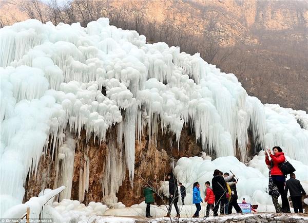 """Chỉ mùa đông, hiện tượng """"thác băng"""" mới xảy ra. (Ảnh: Xinhua)"""