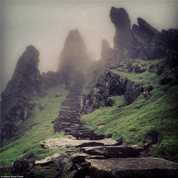 Đảo Skellig Michael nằm ở một nơi xa xôi hẻo lánh trên biển Đại Tây Dương thuộc hạt Kerry, Ireland, đã không ai lui tới từ thế kỉ 12.(Ảnh: Internet)