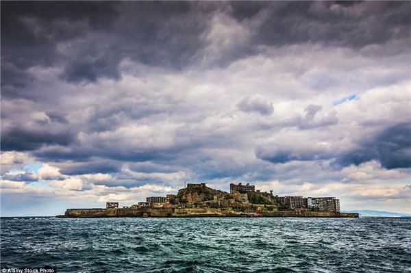 Hoang tàn, mục nát và như chìm dần xuống lòng đại dương, thị trấn Gunkanjima ở Nhật Bản được cho là đô thị hoang vắng nhất trên trái đất.(Ảnh: Internet)