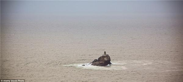 """Ngọn hải đăng Tillamook ở bang Oregon bắt đầu hoạt động năm 1881 và được đặt biệt danh là """"Tilly kinh hoàng"""" bởi để đến được ngọn hải đăng này, những người trông coi nó phải trải qua một quãng đường dài kinh hoàng lênh đênh giữa biển khơi. Tillamook bị hư hại nặng nề bởi những cơn bão vào những năm 1950.(Ảnh: Internet)"""