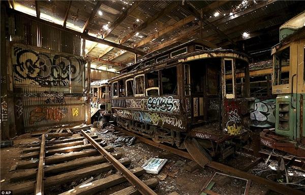 Những chiếc xe bị hư hại nặng, nằm lặng lẽ đếm thời gian ở Loftus Tram Shed, Sydney.(Ảnh: Internet)