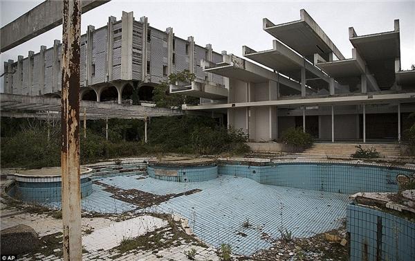 Khu hồ bơi ở khách sạn bị quên lãng Palace Hotel, thuộc Haludovo, gần Maliska, Croatia.(Ảnh: Internet)